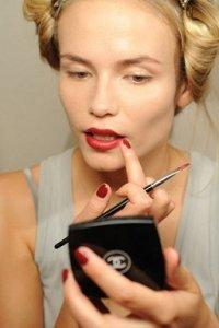 Как правильно использовать красную помаду в макияже губ: советы стилистов Дома моды Chanel